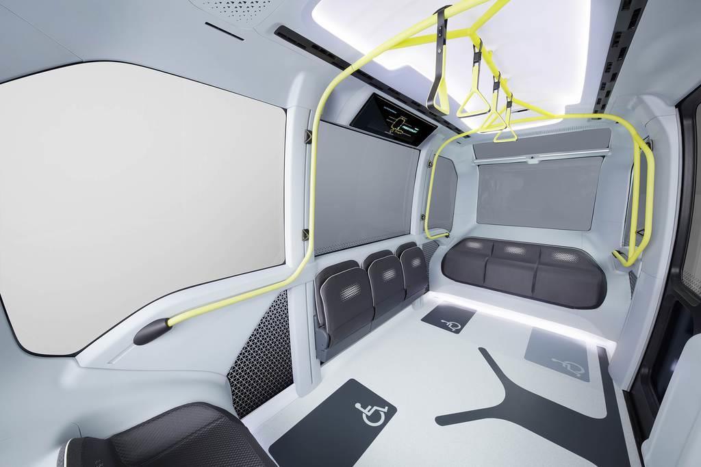 東京五輪・パラリンピック選手村内循環バス仕様のトヨタ自動車の自動運転車「イーパレット」の車内(トヨタ提供)
