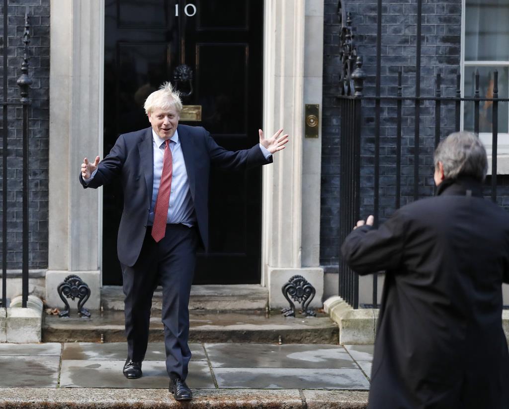 欧州議会のサッソリ議長を出迎えるジョンソン英首相=8日、ロンドンの首相官邸前(AP)