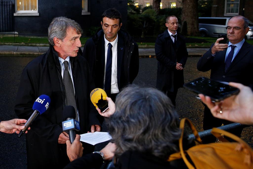 ジョンソン英首相との会談後、記者団の質問に答える欧州議会のサッソリ議長=8日、ロンドン(ロイター)
