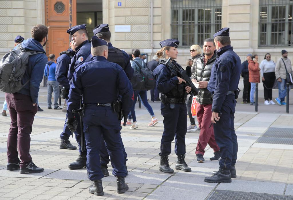 4日、フランスのパリ警視庁本部前で警戒する警察官(AP)
