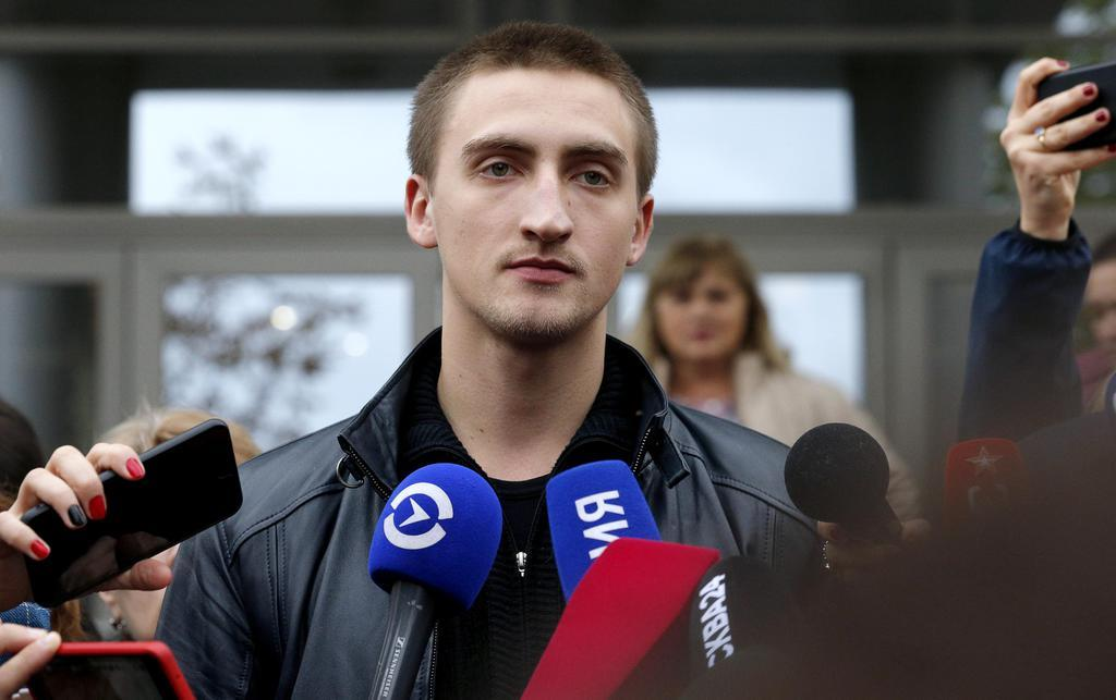 9月30日、モスクワの裁判所前で記者団の取材に応じるパベル・ウスチノフ氏(タス=共同)