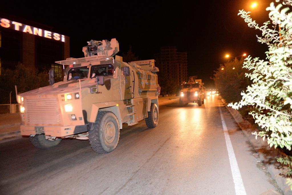 7日、トルコ南部のシリアとの国境に向かうトルコ軍の装甲車(ゲッティ=共同)