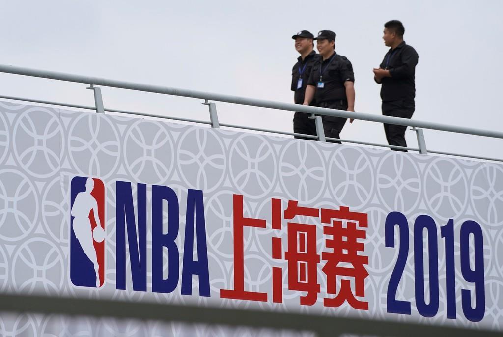 NBAの試合に先立って実施されるファンイベント会場で不審者などの警戒にあたる警備員たち=10月9日、中国・上海(ロイター)