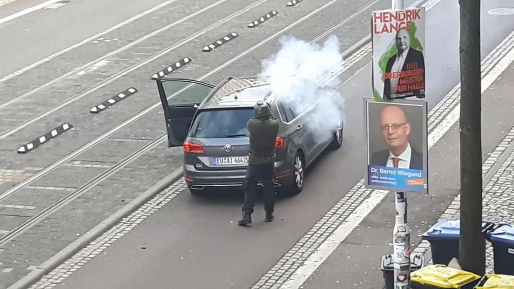 9日、ドイツ・ハレで発砲する、容疑者とされる人物の画像(ATV STUDIO HALLE/REUTERS TV提供・ロイター)