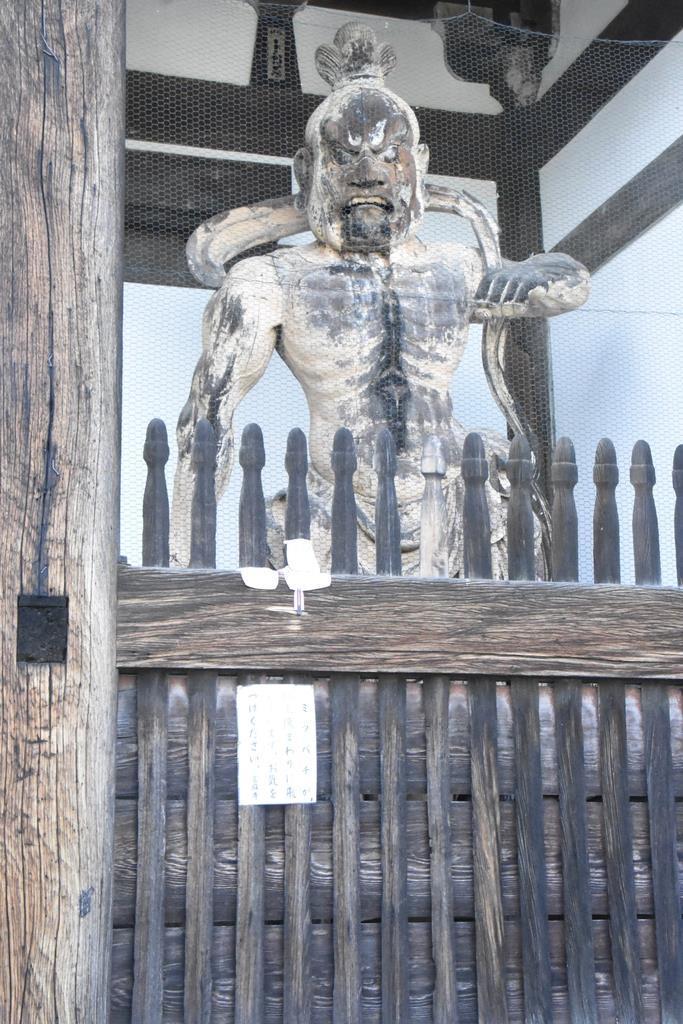 ハチに悩まされている阿形像=奈良県葛城市の当麻寺
