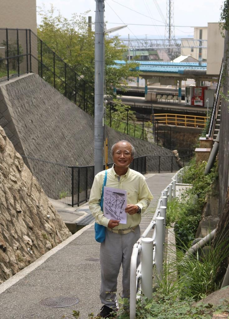 須磨の坂道を紹介するツアーを行う「須磨歴史倶楽部」副理事長の西海淳二さん=神戸市須磨区
