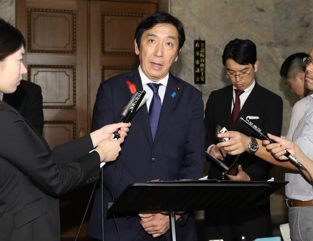 閣議後、記者団の質問に答える菅原一秀経産相=8日午前、国会内(春名中撮影)