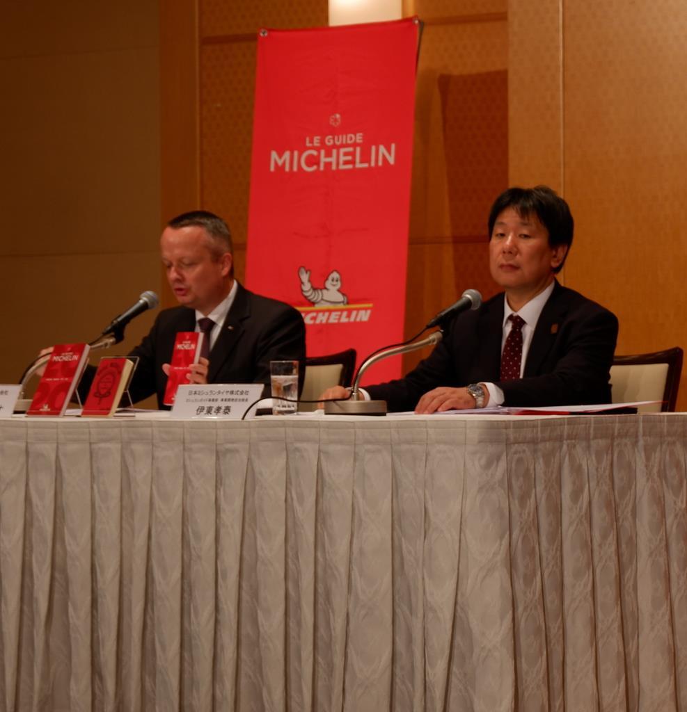会見する日本ミシュランタイヤ代表取締役社長のポール・ペリニオ氏(左)=大阪市北区
