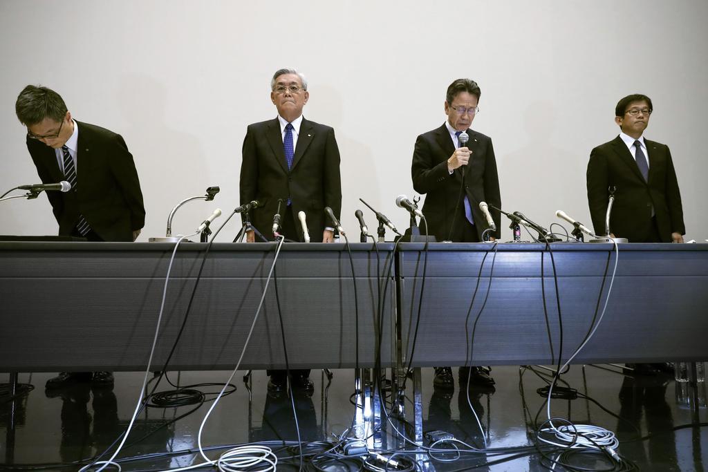 記者会見する関西電力の八木誠会長(左から2人目)ら。同3人目は岩根茂樹社長=9日午後3時5分、大阪市
