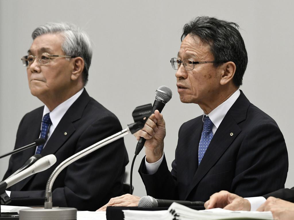 記者の質問に答える関西電力の岩根茂樹社長。奥は辞任した八木誠会長=9日午後3時21分、大阪市