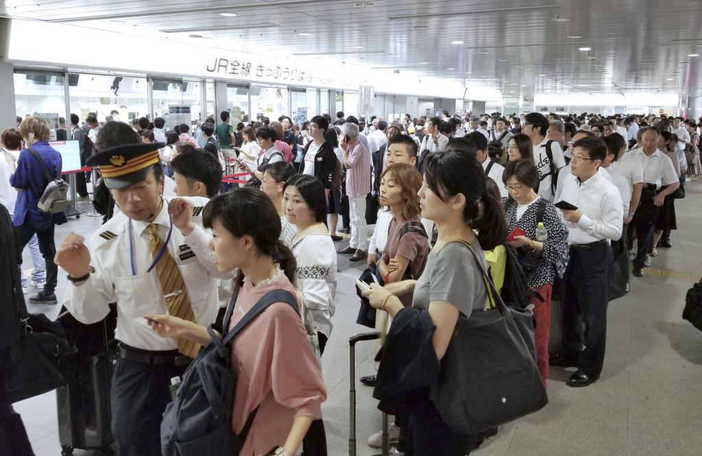 台風15号の影響で一時運転を見合わせた東海道新幹線が再開し、切符の変更などで列に並ぶ人たち=9日午前、JR新横浜駅