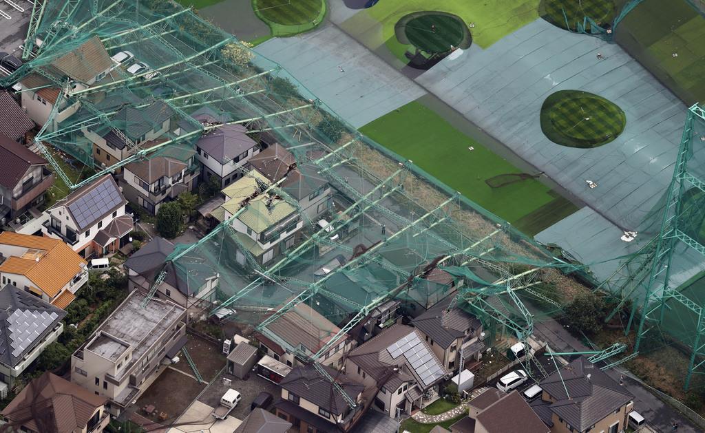 台風15号の影響でネットごと倒壊したゴルフ練習場のポール。住宅を直撃した=9日午前、千葉県市原市(共同通信社ヘリから)
