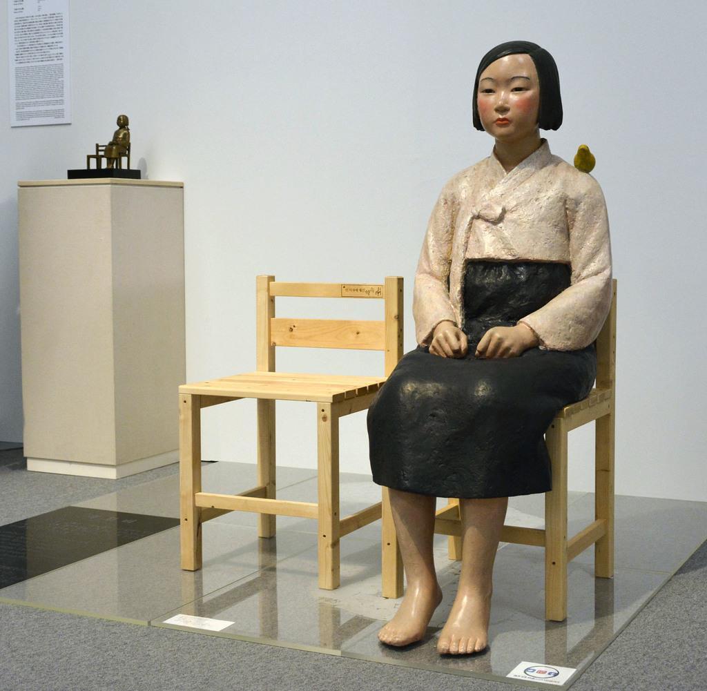 「表現の不自由展・その後」の展示作品「平和の少女像」=8月1日、名古屋市