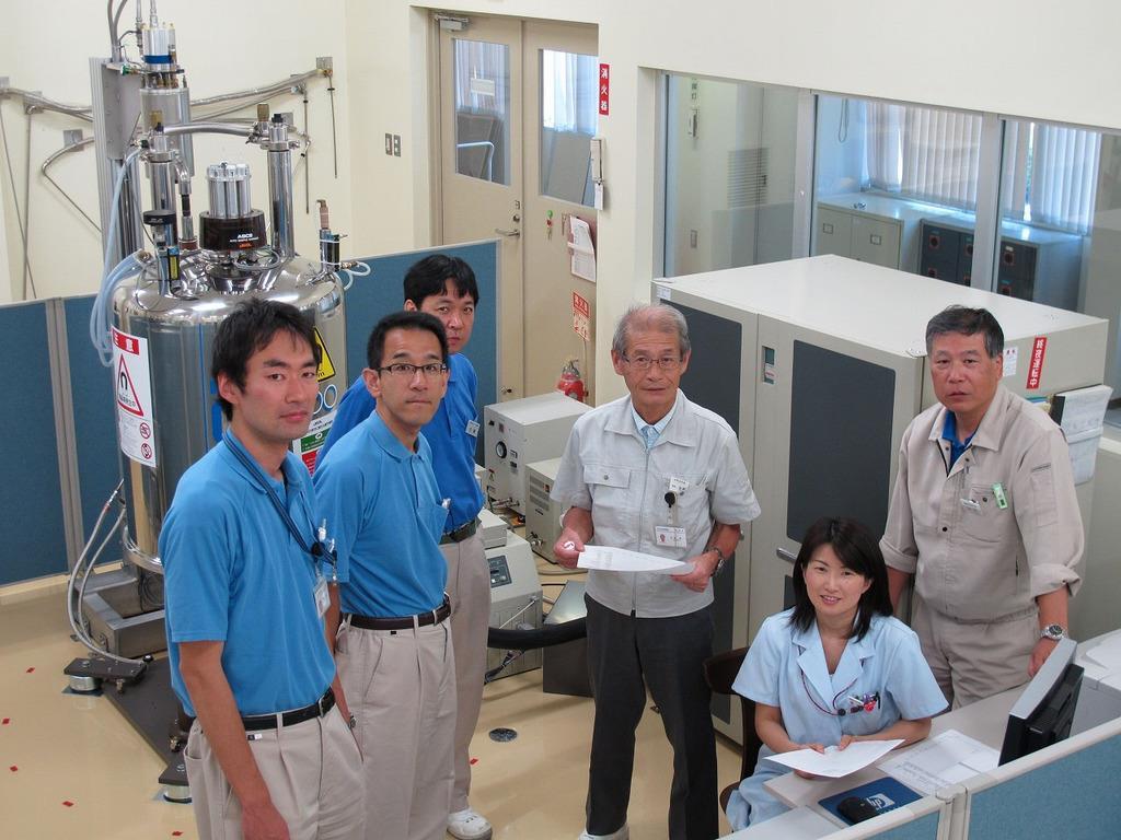 旭化成名誉フェローの吉野彰氏(右から3人目)と研究メンバー=2011年(旭化成広報室提供)