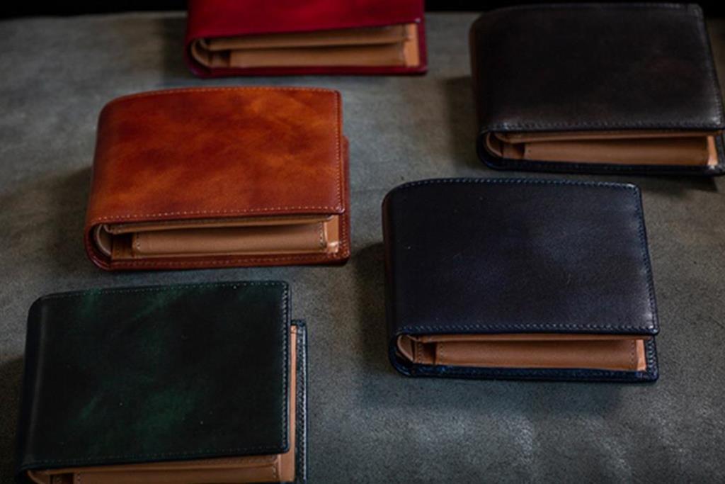 手染めによるマーブル模様のイタリアンカーフが魅力を放つ財布