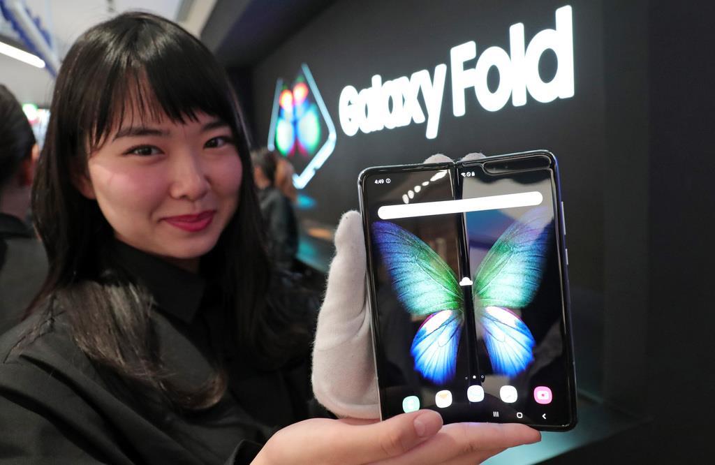 発表された二つ折りにできるスマートフォン「GALAXY FOLD」=10日午後、東京都渋谷区(桐原正道撮影)
