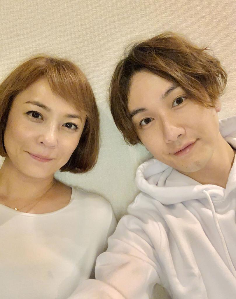結婚した佐藤仁美さん(左)と細貝圭さん