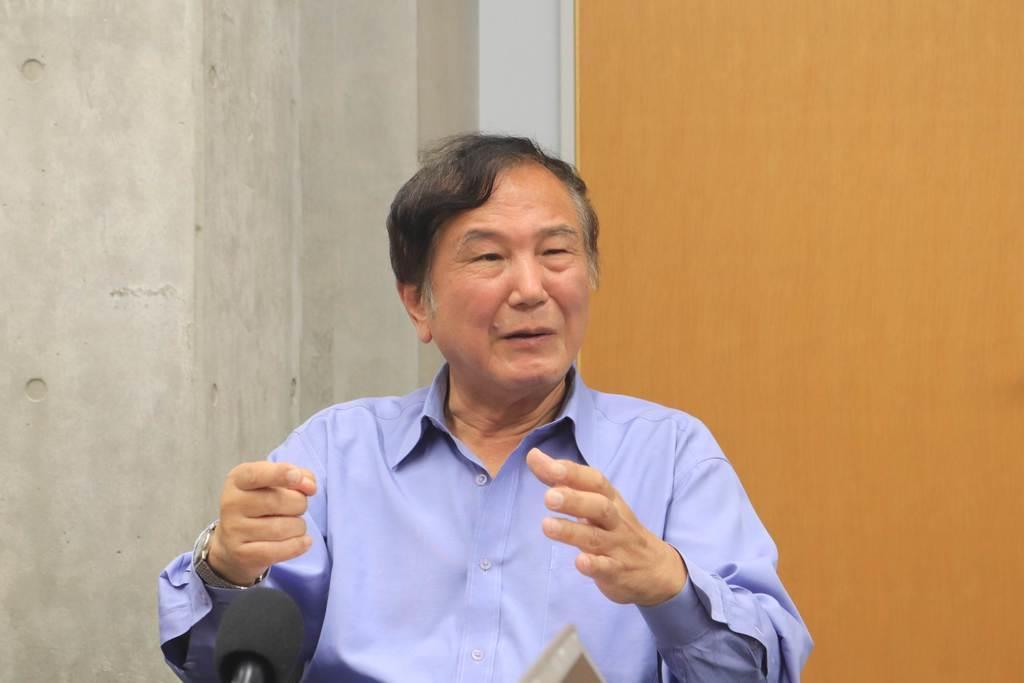 吉野彰さんの人柄などを語る京大の田中一義名誉教授=京都市西京区の京大桂キャンパス