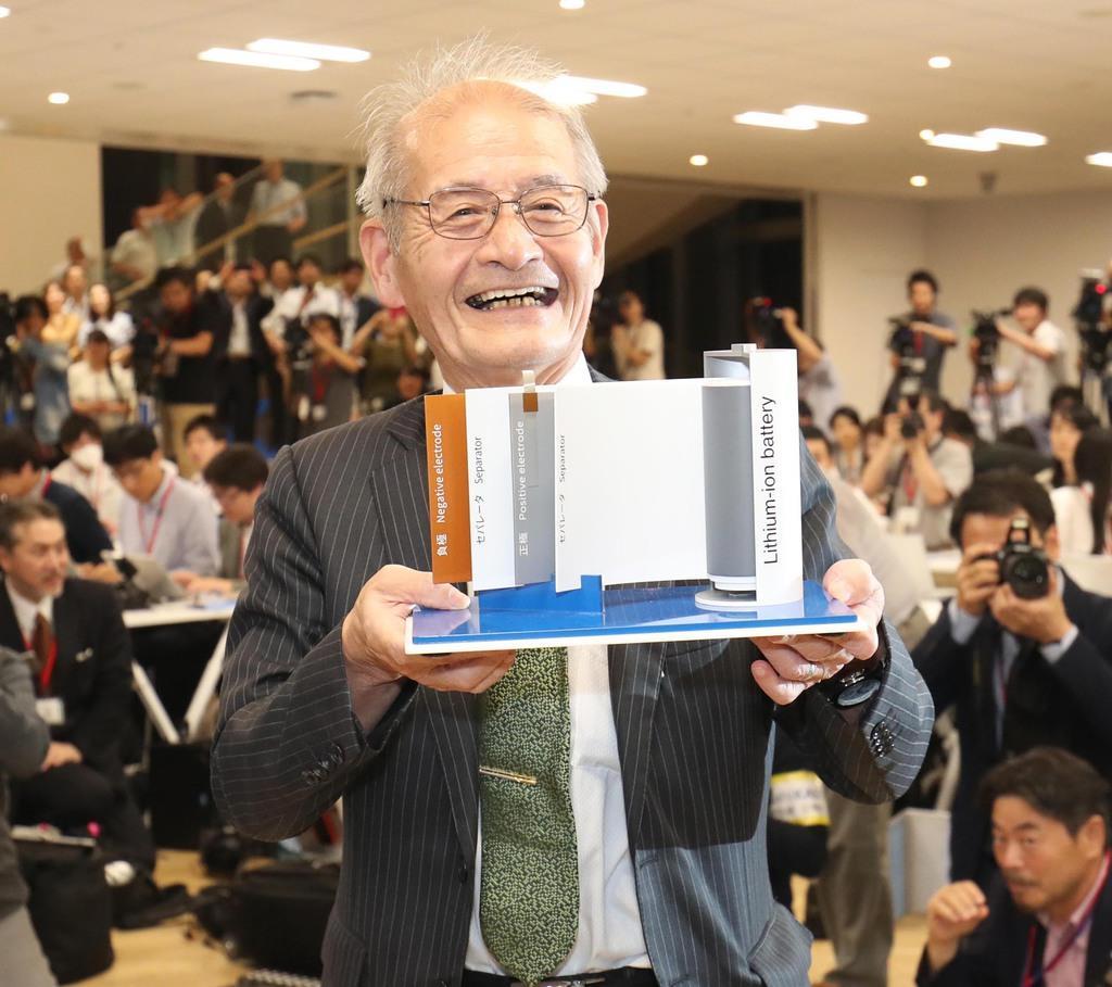 リチウムイオン電池の模型を手にする旭化成の吉野彰名誉フェロー=9日午後、東京都千代田区(古厩正樹撮影)