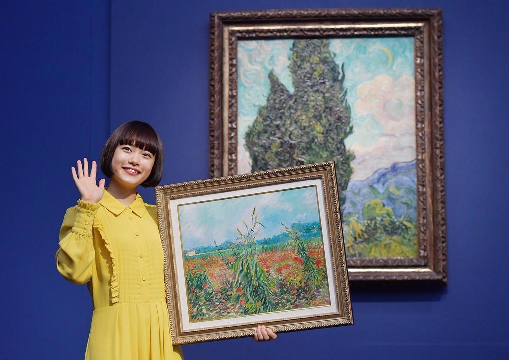 『麦畑とポピー』の複製画を手に、ゴッホの名画『糸杉』の前でフォトセッションにおさまる杉咲花さん=東京・上野の上野の森美術館 (戸加里真司撮影)