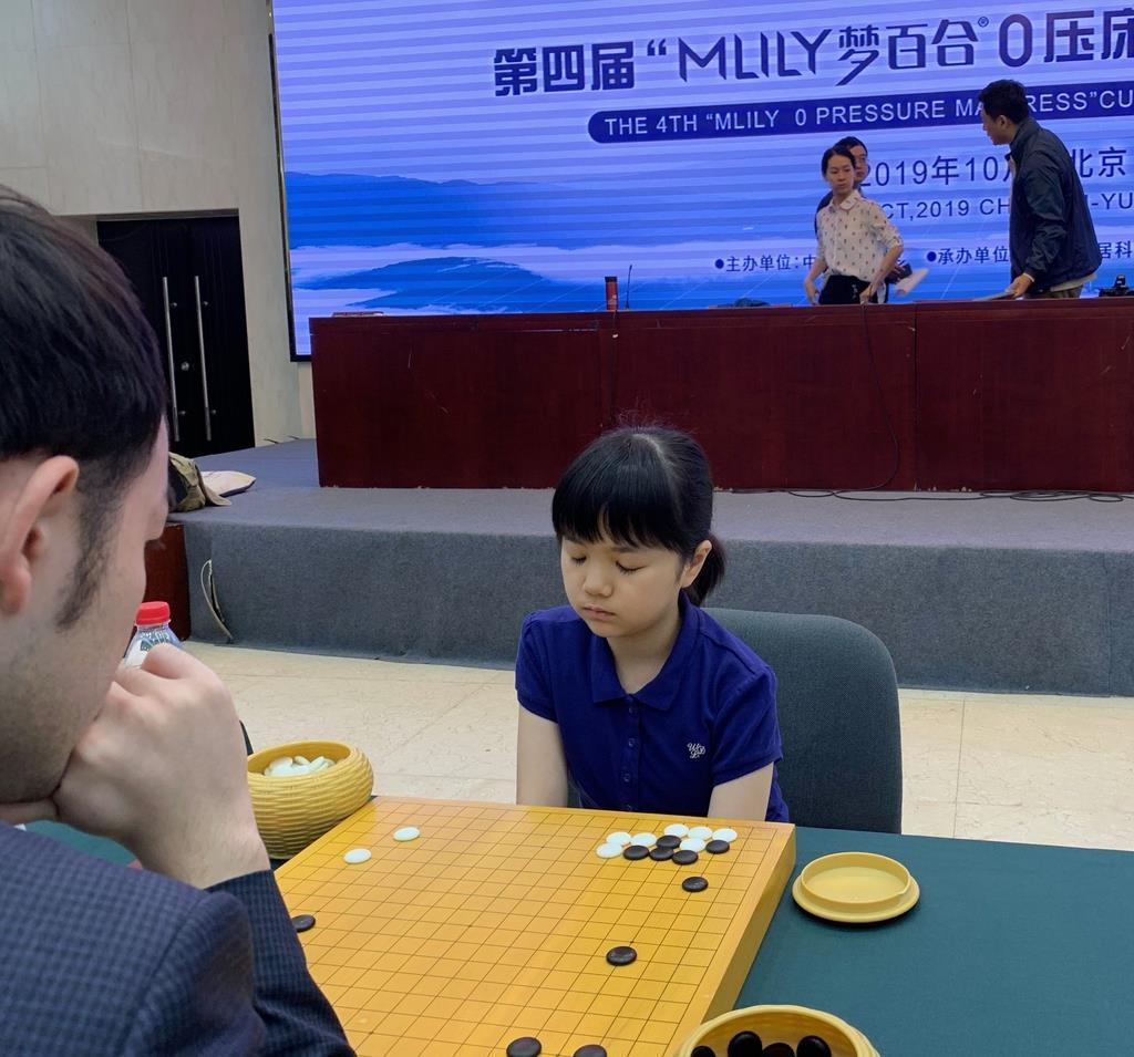 囲碁の第4回夢百合杯世界オープン戦に出場した仲邑菫初段は、中国の李軒豪七段と対戦した(日本棋院提供)