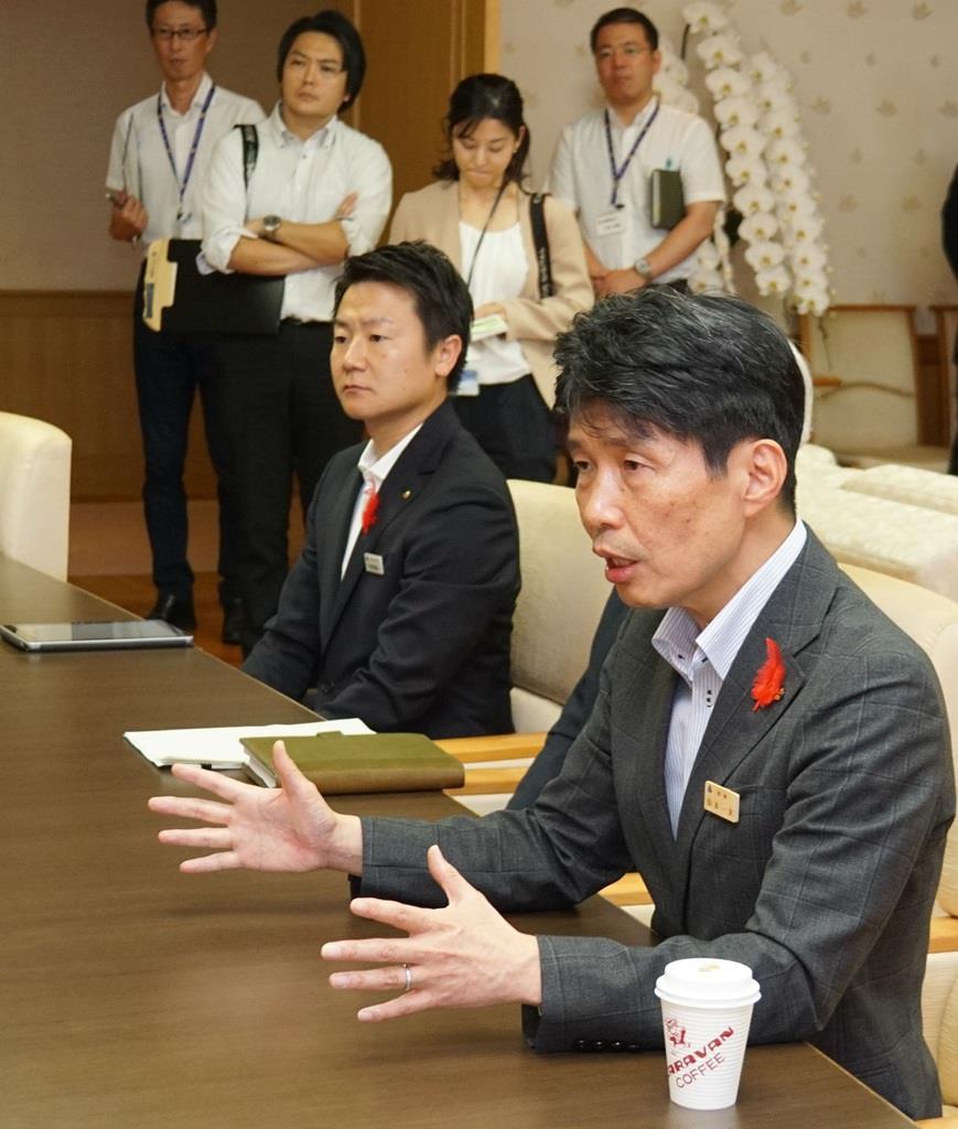 大井川知事とのテレビ会議に臨む山本知事(手前)=9日、県庁(柳原一哉撮影)