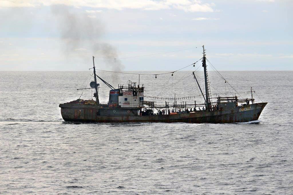 衝突した北朝鮮とみられる漁船