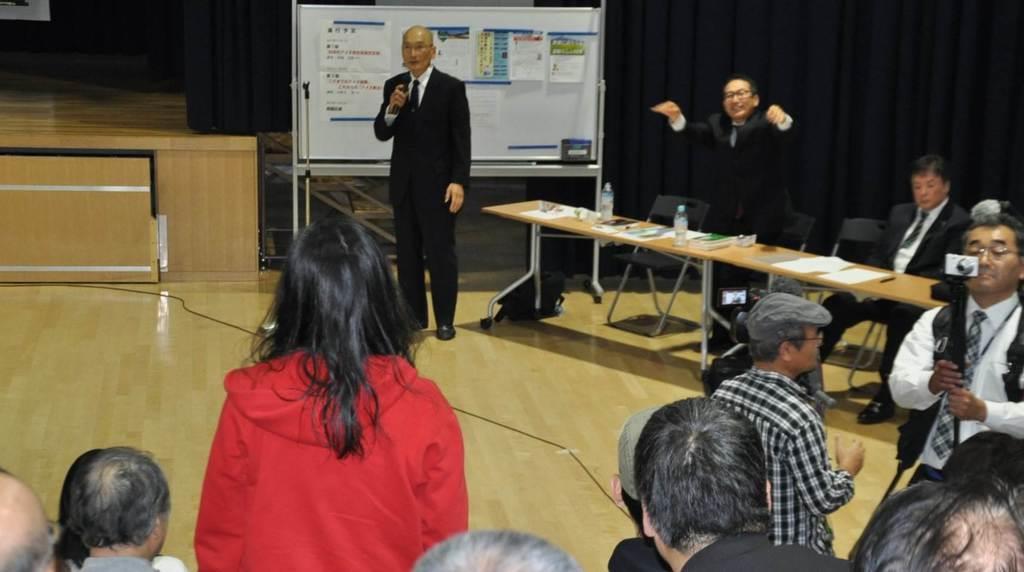アイヌ新法に疑義を呈した講演会で、質疑応答の場面で「ヘイトスピーチだ」と意見表明を続ける反ヘイト団体のメンバー(中央手前)