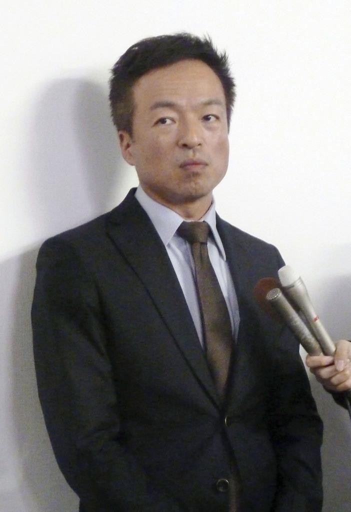 記者団の取材に応じる山口県下関市の前田晋太郎市長=10日午後、下関市