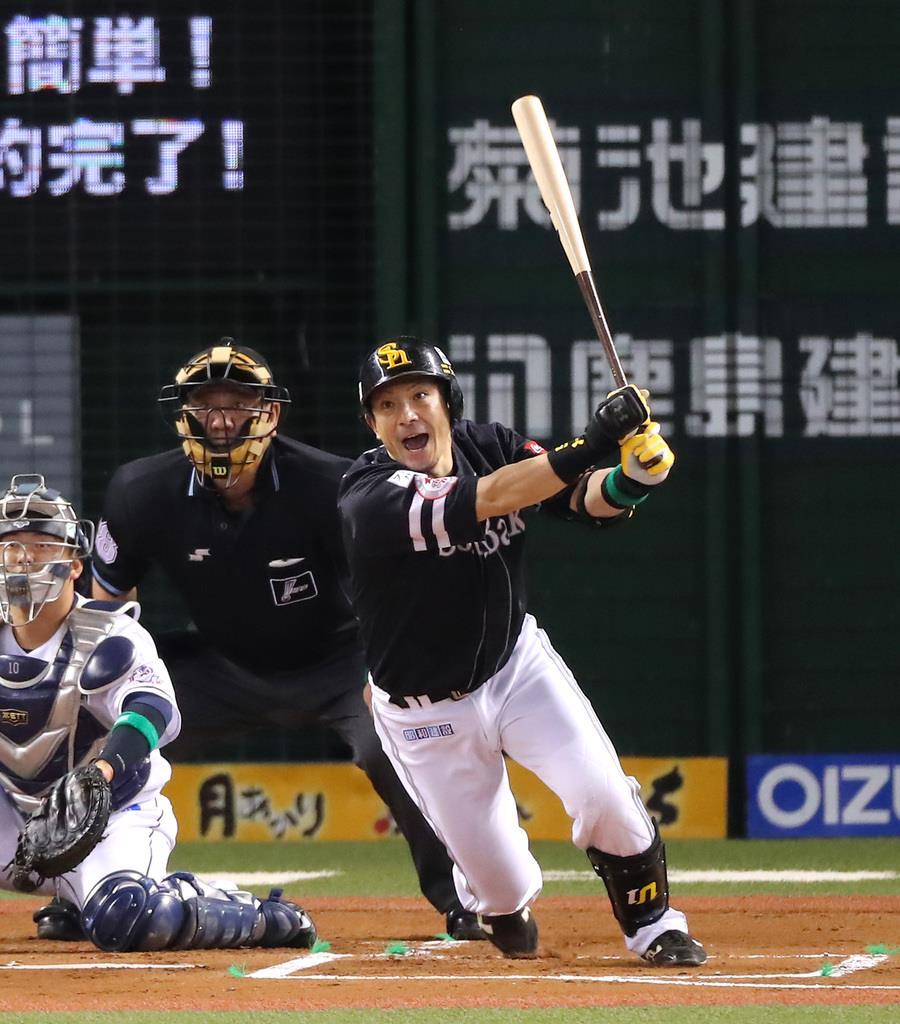 1回、適時二塁打を放つソフトバンク・松田宣浩=メットライフドーム(長尾みなみ撮影)
