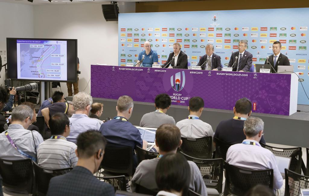 台風19号が接近する影響で2試合の中止を発表した、ラグビーW杯日本大会組織委員会の記者会見=10日午後、東京都内