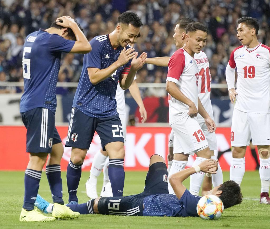 日本-モンゴル 前半、2点目のゴールを決め喜ぶ吉田(左から2人目)ら=埼玉スタジアム