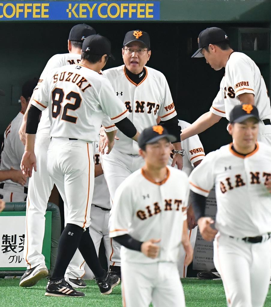 勝ってコーチらと握手する巨人の原辰徳監督=東京ドーム(今野顕撮影)