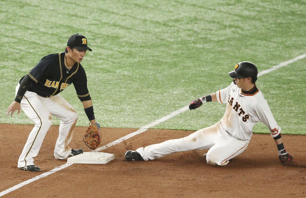 5回巨人1死一、二塁、打者丸のとき、亀井が三盗を決める。三塁手北條=東京ドーム