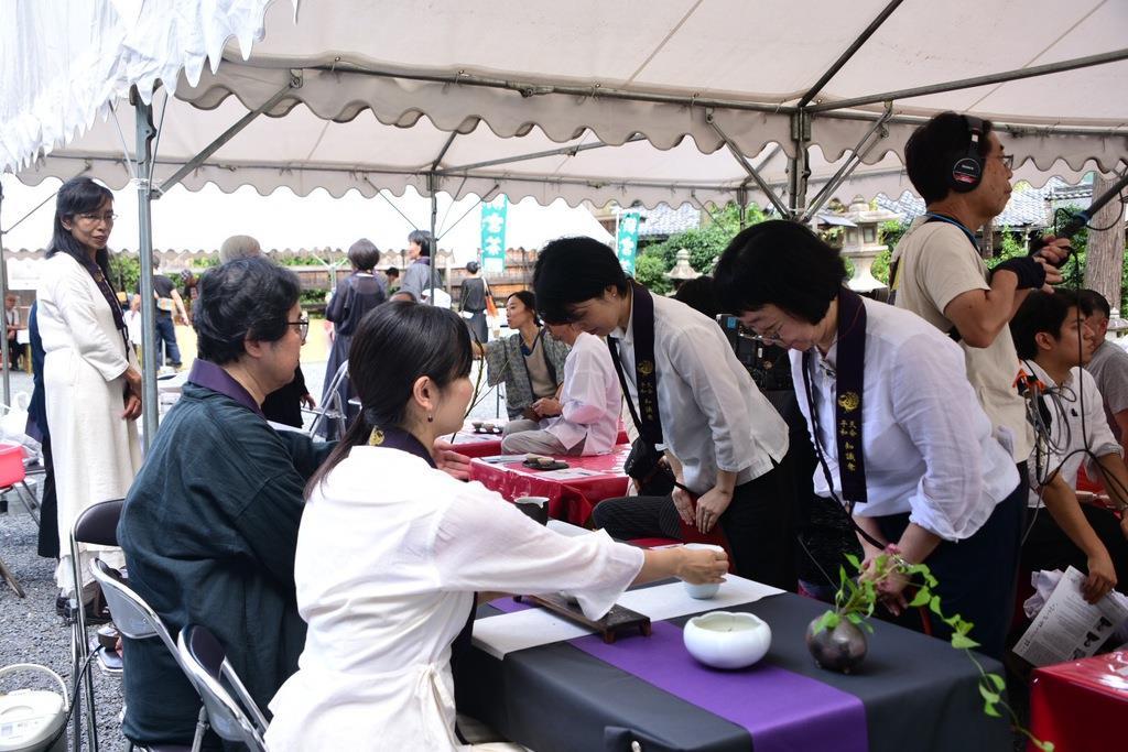 天平の茶会(直会)を催した茶藝師の澤村信夫さん、小林涼子さん