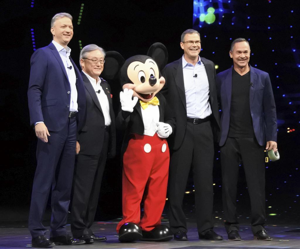 米ウォルト・ディズニーとの提携を発表する日立製作所の東原敏昭社長(左から2人目)ら=9日、米ラスベガス(共同)