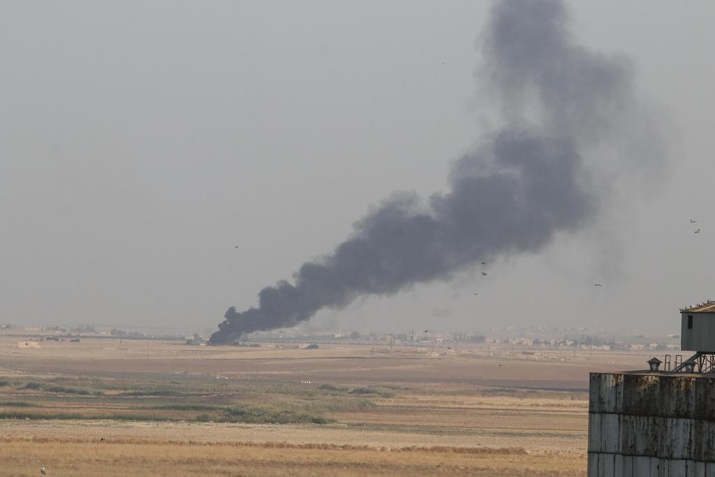 トルコ軍によるシリア北部での作戦開始後、立ち上る黒煙=9日、トルコ側から撮影(アナトリア通信・ゲッティ=共同)