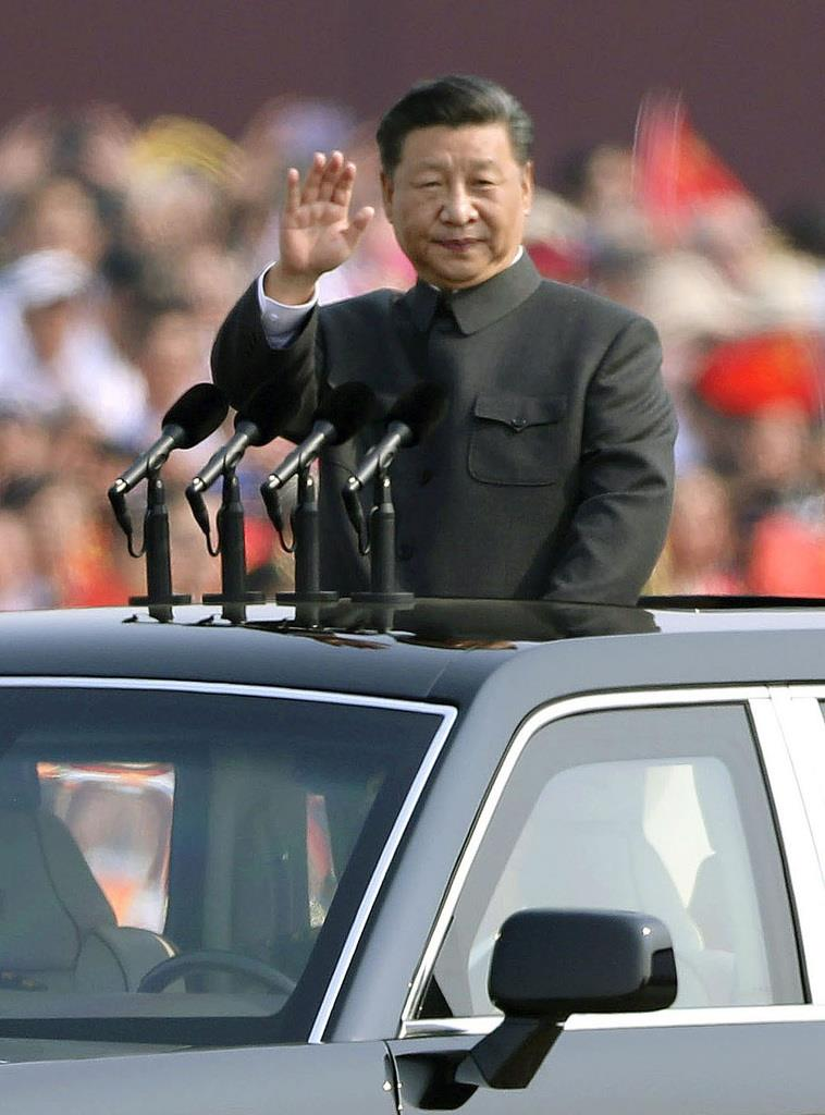 中国建国70年の記念式典で、人民解放軍を閲兵する習近平国家主席=1日、北京(共同)