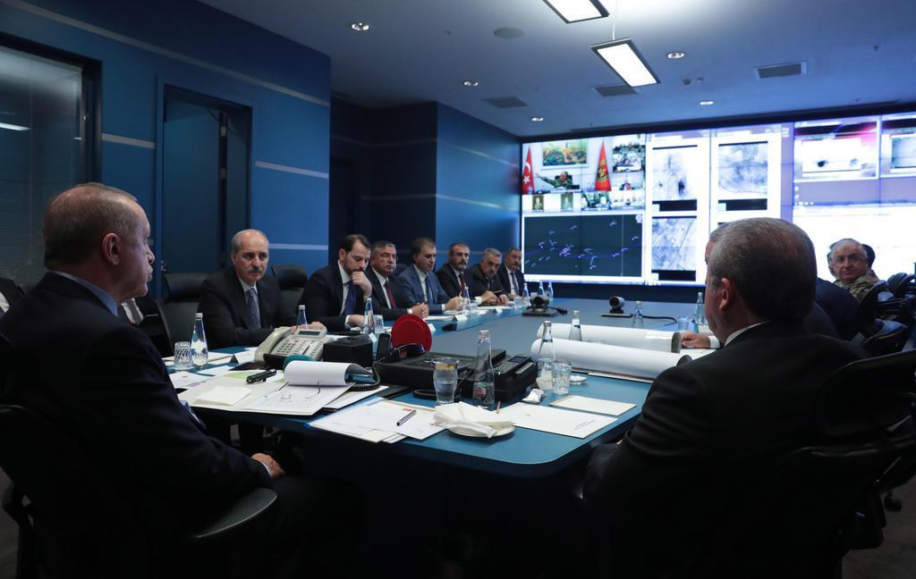 9日、トルコ・アンカラで軍事作戦について協議するエルドアン大統領(左)ら(トルコ大統領府、MURAT・CETINMUHURDAR、アナトリア通信提供、ゲッティ=共同)