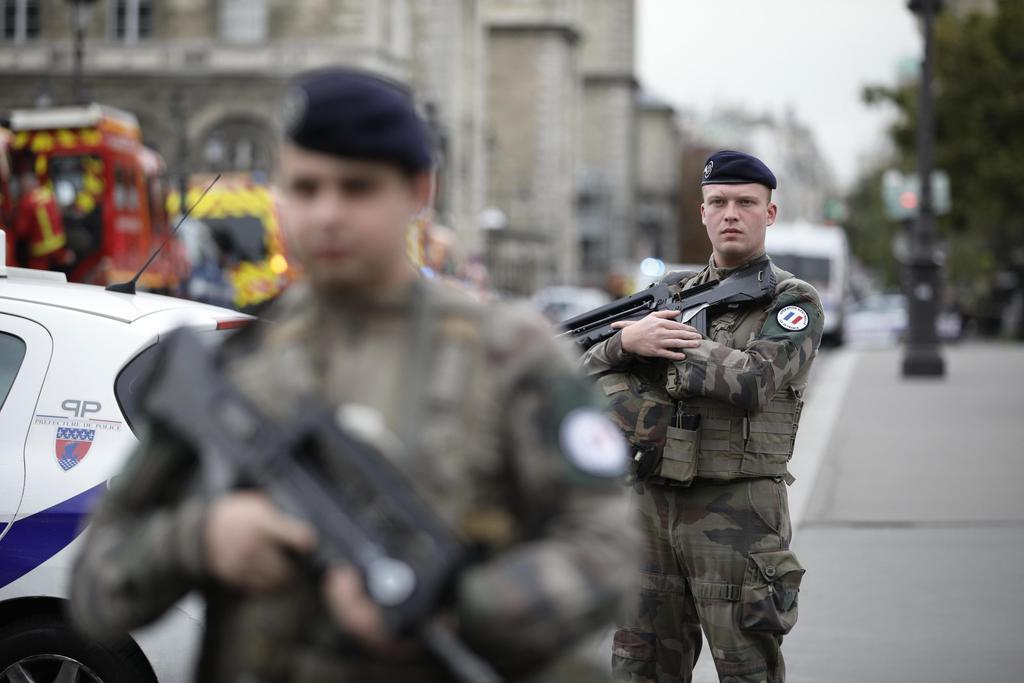 3日、パリ警視庁の襲撃後に市内で警戒する兵士ら(AP)