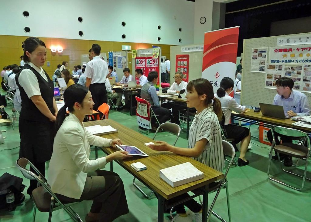 企業担当者と求職者らとの面接会場