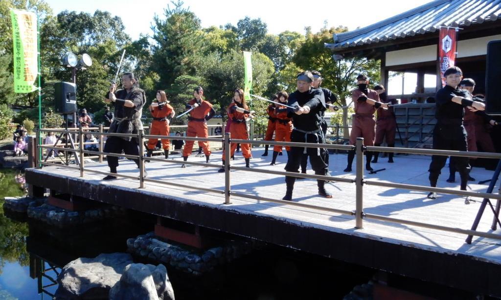 忍者装束で殺陣を披露する大阪府池田市職員ら=昨年11月3日、同市