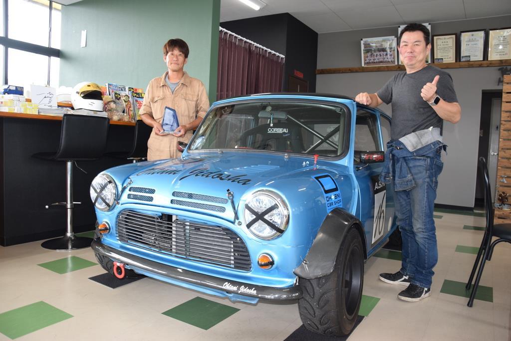 クラシック・ミニのレースで優勝した大谷さん(左)と中澤さん=和歌山県紀の川市