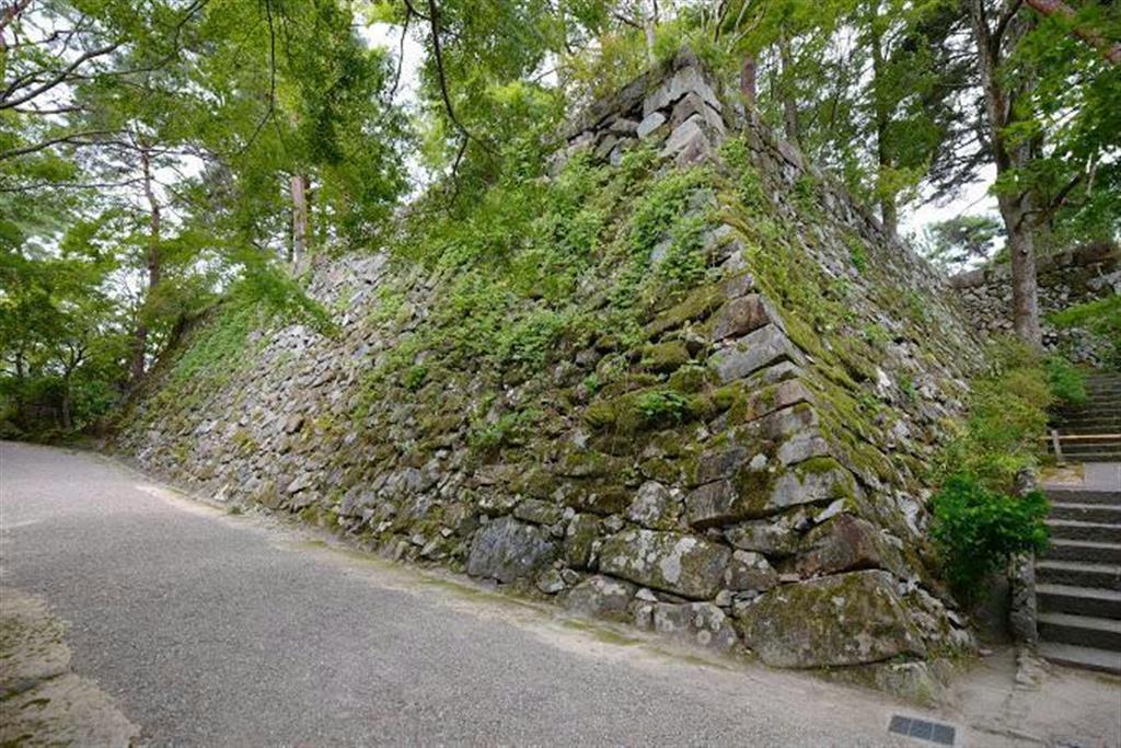 亀山城本丸の石垣。近世以降の積み直しが多い(筆者撮影)
