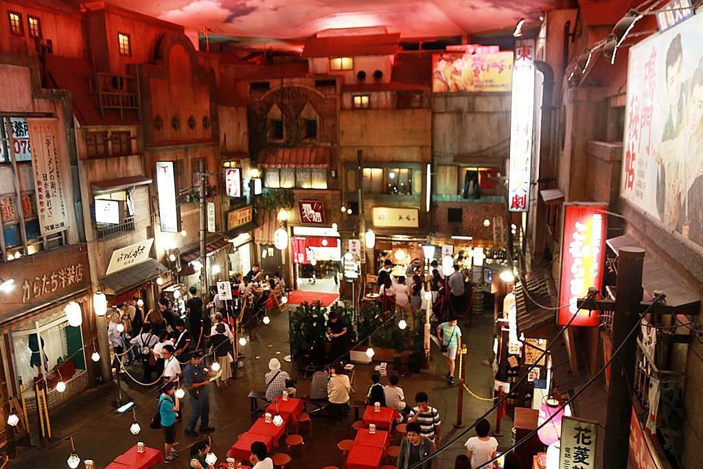 昭和33年の街並みを再現した地下2階広場=横浜市港北区の新横浜ラーメン博物館(王美慧撮影)