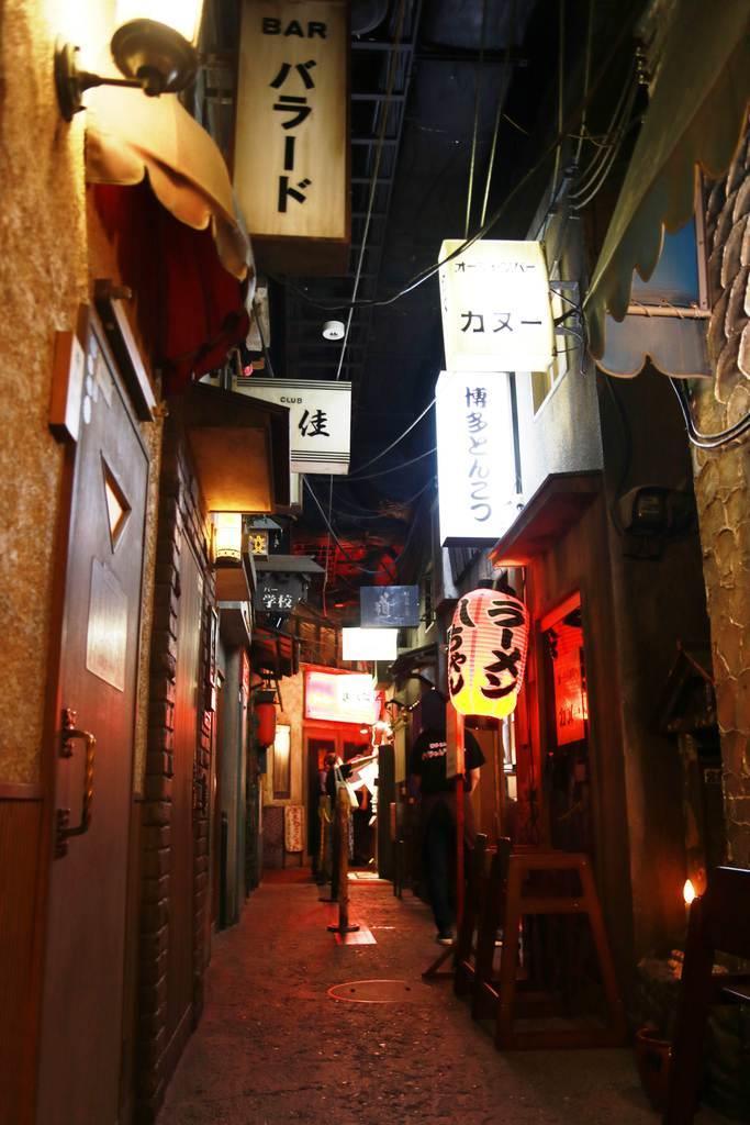 地下1階の新宿歌舞伎町を模した飲み屋街には、ラーメン店も並ぶ(王美慧撮影)