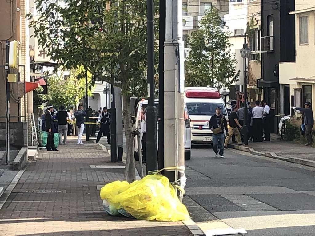 神戸山口組系組関係者とみられる男性らが銃撃された現場付近=10日午後、神戸市中央区