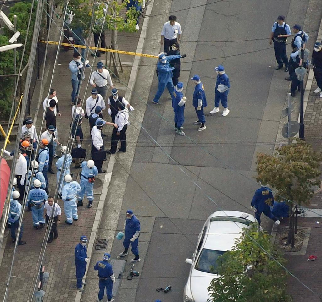 発砲音があった現場周辺を調べる捜査員ら=10日午後、神戸市(共同通信社ヘリから)
