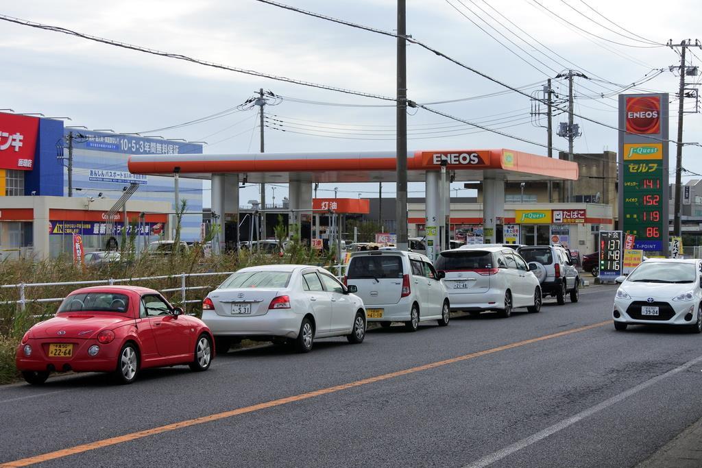 台風19号が接近。国道沿いの給油所前では、停電に備えてガソリンを満タンにしようと、車が列をつくった=10日、千葉県匝瑳市(城之内和義撮影)