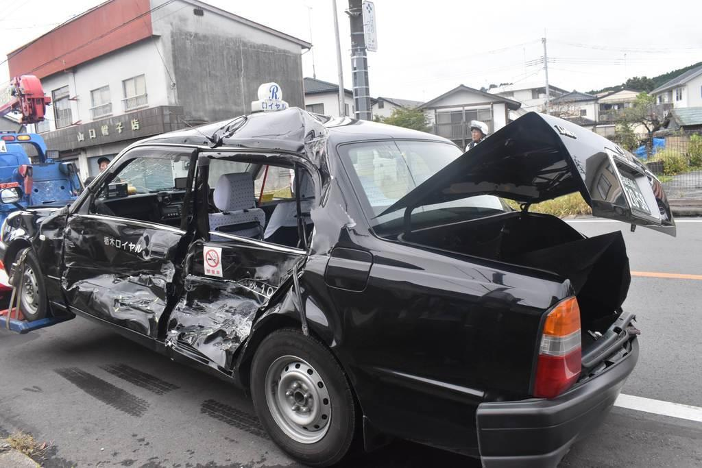 路線バスが衝突したタクシー=11日午前、栃木県鹿沼市(根本和哉撮影)